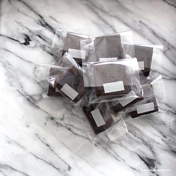 装飾のないクリアなビニールバッグに入れたミニマルなラッピング。ものすごくシンプルなのに、なんだかおしゃれ。マスキングテープもかわいらしさや装飾性のあるものではなく、思い切ってグレーを選んだというのも潔い。なんでもないようで、マネしたくなる組み合わせ方です。