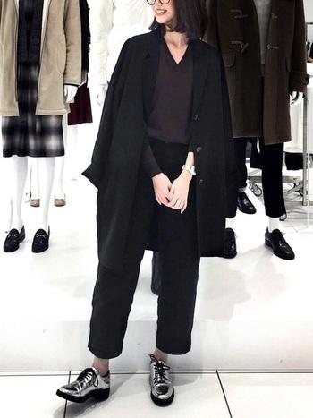 パンツの丈や絶妙に異なるトップスのブラックコーデ。シューズ以外は全身ユニクロとは思えないスタイリッシュさです。
