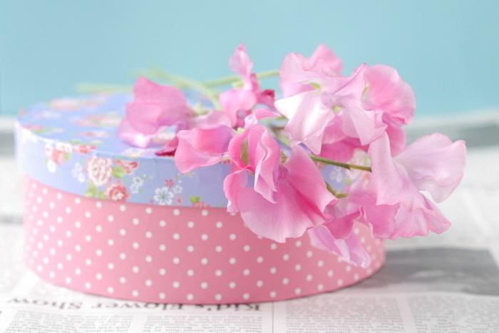 空き箱や100均で売っている木箱に布や紙を貼って、リメイク。思いっきり華やかにデコレーションしてみるのも素敵です。贈る側も贈られる側もテンションが上がりそうです。
