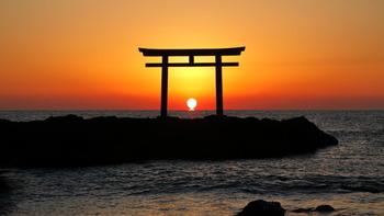 一年の中で、最も夜が長い日です。陰陽思想では太陽が最も弱くなることから陰の力が最も強くなる日とされており、この日に夏=陽の季節に収穫したかぼちゃを食べて陽の気を補ったり、柚子湯につかって禊を行ったりして、邪気を祓います。また、翌日からは次第に日の力が強まることから、古くはこの日を1年の始まりとし、運気向上の起点と考えられてきました。