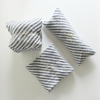 自然素材の袋にいれるとナチュラル感が出ます。リボンもシンプルな物を選ぶとイメージに合いますよ。