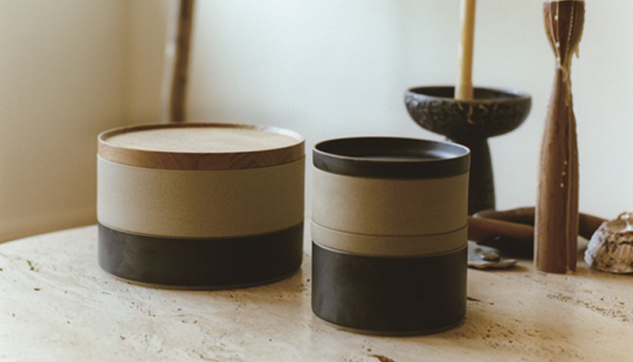 「HASAMI PORCELAIN」(ハサミポーセリン)は、シックで大人な雰囲気の器。ブラック・ホワイト・クリア・ナチュラルの4色を揃え、カップやトレイが同じサイズと重なられる機能的な美さも◎