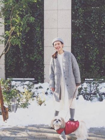 イノセントな雰囲気の白ワンピース。淡いグレーと合わせると上品で洗練された印象になります。コートを脱いで1枚で着てもとても素敵ですが、小物やコートの色を合わせて、まとまりよくしたことで、白の清廉さがより際立って見えます。