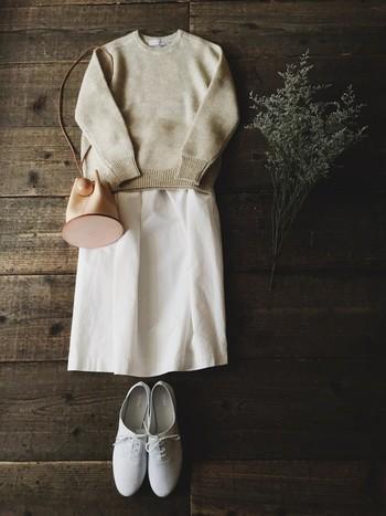立春を過ぎ、そろそろ気分的にも、春を意識した装いにシフトしていきたいこの時期、だけどやっぱり、まだ寒さは相変わらずな日もありますよね。そんな時は、「白」のアイテムをうまく活用するのがおすすめ。全身のバランスの中で、「白」をどこにどう持ってくるか、その分量によっても印象が変わります。おしゃれなあの人のコーディネートを参考に、「白」の取り入れ方、使い方を改めて考えてみましょう!