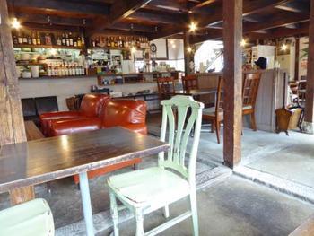 アンティークなテーブルやイスがおしゃれな店内は、広くて座席も多いです。