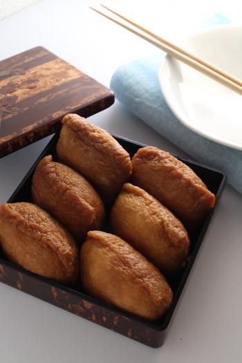 いなり寿司の美味しさのポイントである「油揚げ」。甘くてじんわり味が染みこんだ油揚げのレシピをご紹介します。たっぷり作って作り置きしておくと、いろんなレシピに応用できますよ♪