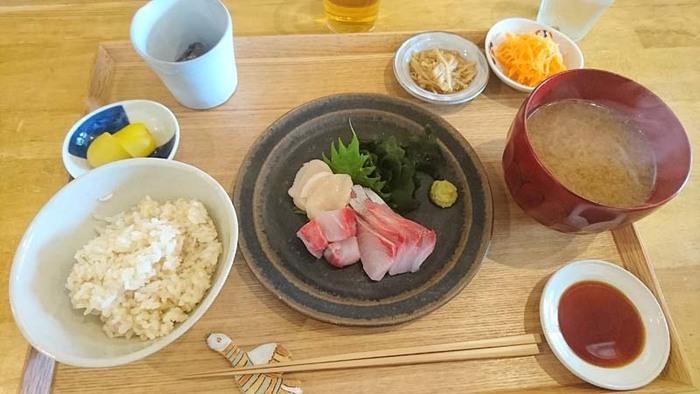 お昼の定食は2種類。お魚かお肉か選べて、小鉢が4種類とお味噌汁が付いてきます。ごはんは熊本県産の白米と玄米を混ぜたコダワリです。お家で食べているような「家庭料理」をつくりたいと開店しました。カフェ、イタリアン、和食店を経験した女性店主の宇都宮奈津美さんの作るお料理で、幸せな気分になりますね。 持ち帰り限定の曲げわっぱに入ったお弁当も美味しそうですよ。