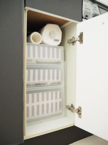 何をどうしまっていいのかわからなくなりがちな、キッチンの開き戸の収納。なんと開き戸収納の中に、プラスティックの引き出しを入れてしまいます。そうする事で、奥行きがあっても奥までしっかりものをしまうことができ、また、取り出すときも簡単です。