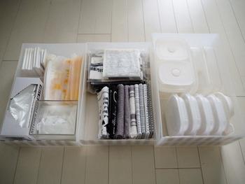 その引き出しの中に何を入れているかというと、かさばりがちな布巾類やタッパ、そして何かと使用頻度が高いポリ袋など。一人暮らしなどでキッチン収納が少なくても、収納の中に引き出しを組み込むことで、かなり収納できるスペースを確保することができます。
