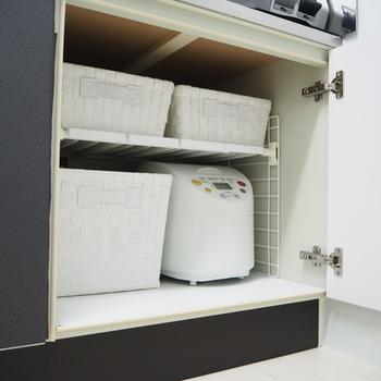 キッチンの収納は最初から細かく分かれているところはなかなか少ないですよね。そんな時は、自分でプチDIY!突っ張り棒や様々なアイテムを使い、まずは二段に区切り、そこにカゴ類を引き出しがわりに入れて活躍させています。