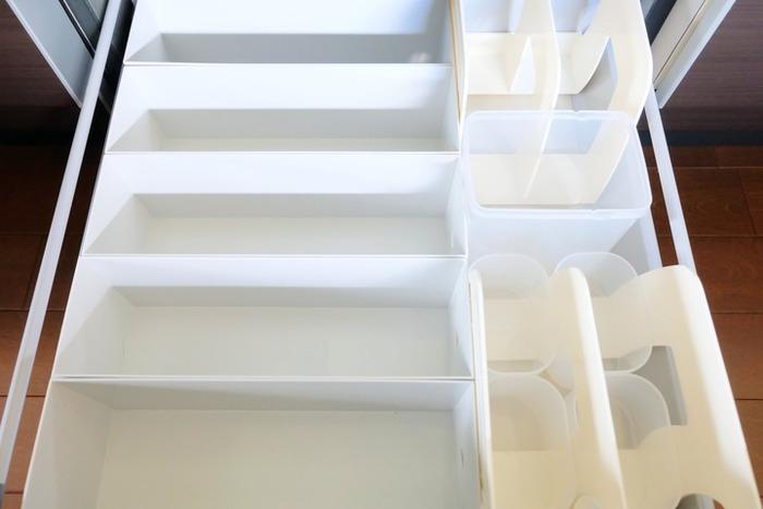 食材を取り除いた状態はこのようになっています。書類などを入れておくプラスティックの容器を仕切りがわりに綺麗に並べています。サイズ感を統一させることで無駄なスペースもなくなっていますね。そして高さもあるので、中でもしっかり仕切れます。キッチン用というカテゴリーにとらわれないアイデアあふれる収納術です。常備食材以外にも整理整頓で取り入れやすいアイデアですね。