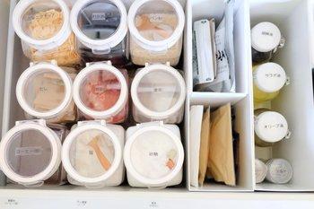 引き出し収納やカゴの収納の中も、同じ容器で統一させることで、見やすく分類もしっかりでき、取り出してしまうときもやりやすくなります。収納グッズにも統一感を持たせることが大切です。