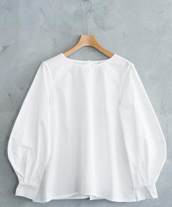 シンプルな白シャツは、デザイン違いで何着か持っておくのがおすすめ。飾り気がないからこそ、自分に本当に似合う形や着回しの効くものはしっかり押さえておきたいですね。 ふわっと立体的なデザインが魅力的なこちらの白シャツ。ハリのある生地が上品で、きれいめにもカジュアルにも自在に合わせられそうです。