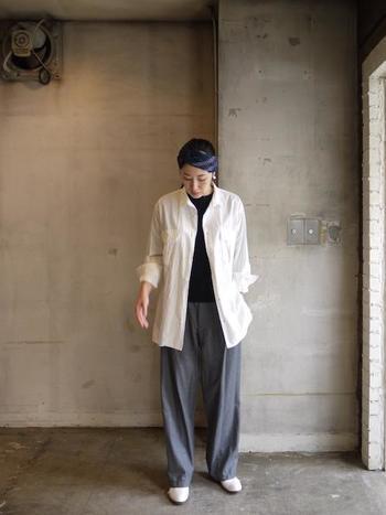 ラフに羽織れるオーバーサイズのシャツ。白を選べば、重たくならず颯爽とした雰囲気に。敢えてボタンを開けて、袖をまくって...、カジュアルで力の抜けた着こなし方がおすすめです。