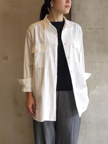 ゆったりしたシルエットのオーバーサイズシャツは、軽いジャケットのような感覚で、肌寒いときにさらりと羽織れるのがうれしい。肌触りが気持ちいい、ハイカウントのコットンシャツは着ていてとても楽ちん。ミリタリーテイストなデザインもかっこよくて素敵です。