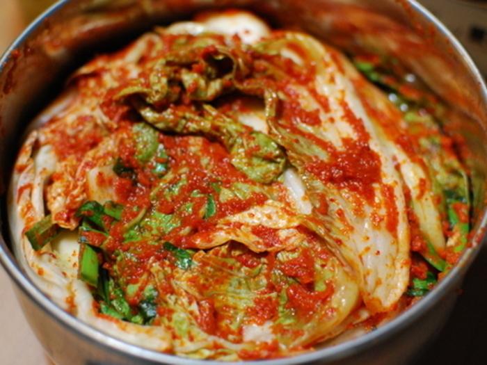 日本にもっとも馴染み深い海外の発酵食品のひとつが、韓国の漬物「キムチ」ではないでしょうか。キムチの発酵の正体は、白菜などの野菜に含まれる植物性乳酸菌による自然発酵。塩辛や魚醤のコク、唐辛子の辛味と合わさって、あの濃厚で複雜なおいしさが出来上がるんですね。野菜の食物繊維や唐辛子のカプサイシンなど、女性の美にうれしい成分も含まれています。