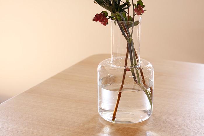 切り花を長持ちさせる上で、水を清潔に保つことは基本です。水を替えずに放置すると水中の細菌が増殖し、切り花がその水を吸い上げることでお花の寿命が短くなってしまいます。花瓶の水は毎日こまめに取り替えましょう。