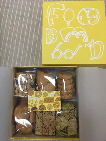 箱入りのクッキーは事前予約制。ほんわかとしたイラストで描かれた「FOODMOOD」の字もかわいいですよ♪クッキーの内容はおまかせになりますが、バターや砂糖を使わない優しい甘さのクッキーはお子さんでも安心して食べられます。
