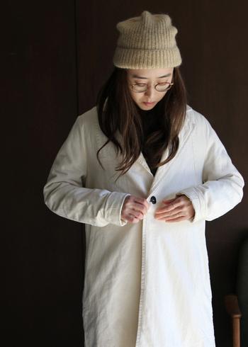 くったりした質感が表情豊かなワークコート。シンプルなだけに、合わせるアイテム次第で雰囲気が大きく変わりそう。身幅に余裕を持たせた作りなので、中にいろいろと重ね着も可能。白のレイヤードを楽しんでみるのもいいですね。