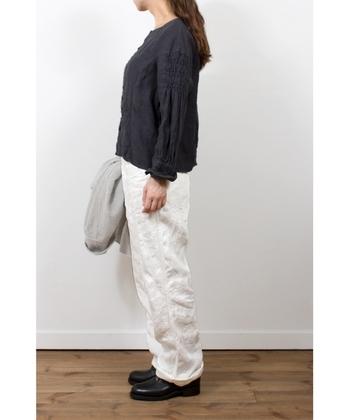 風合い豊かなリネンのデニムパンツ。大人の白は、その色や質感にニュアンスあるものを選ぶとより魅力的に感じます。気負いのないナチュラルなスタイルによくお似合いです。