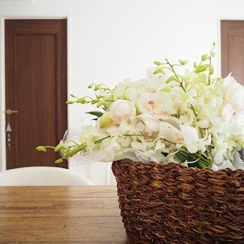手持ちのアイテムも、工夫次第で花器に早変わり♪他にも花に合いそうな器がないか、探してみましょう。