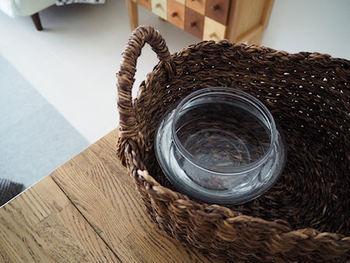 ナチュラルテイストのお部屋を目指すなら、カゴにお花を生けてみてはいかがでしょうか。専用の花器じゃなくても大丈夫!カゴの中にすっぽり入るグラスに水を入れ、花をざっくりと挿していきます。