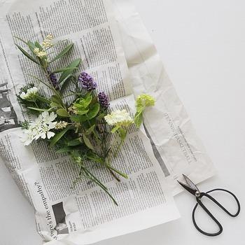 そんなぐったりしたお花を復活させる、簡単な方法をご紹介します。まずは新聞紙を1枚とハサミを用意してください。