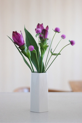 お花は買ってきたままの状態で花瓶に入れると、長すぎたりあちこち散らばってバランスが悪いですよね。そこで、バランス良く見せる比率は『花瓶:お花の長さ=1:1』と覚えておきましょう。適当に切り過ぎると後戻りできないので、バランスを見ながら少しずつ長さを整えます。