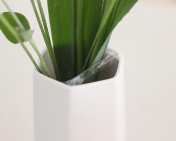 長さを整えても花瓶の口の部分が広くてお花が倒れちゃう・・・そんな時は、セロハンテープを使って花瓶の口を自在に狭めるワザを使いましょう!テープが茎に付かないよう、半分に折ってから貼るのがポイントです。透明なので意外と目立たず、お花もキリッと自立してくれます♪
