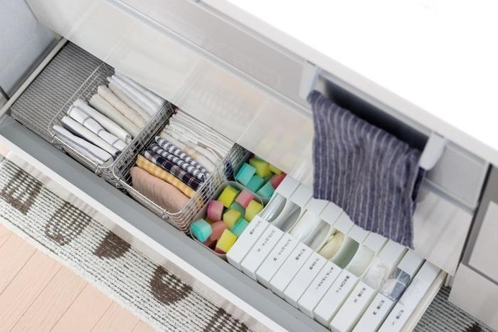是非、見習いたい、スッキリ整理整頓されたキッチン収納。一目見ただけで、どこに何があるかが一目瞭然!ビニール、ポリ袋などは消耗品用のケースにセット、リネン類や掃除用スポンジはパッと取り出せるように、かごやプラスチックケースで仕切って収納しています。
