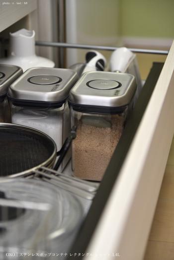 小麦粉、かつおぶし、砂糖、マカロニ…などなど、中に入れる食材や収納スペースによってサイズを選べるところも嬉しいポイント!シンプルでスッキリとしたデザインなので、重ねて収納しても場所を取りません。