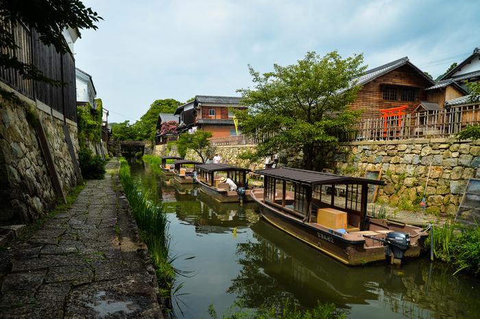 八幡堀は、近江八幡市街地と琵琶湖を結ぶ人口水路です。八幡堀に浮かぶ屋形舟と、堀との両岸に軒を連ねる土蔵群が見事に調和し、八幡掘周辺に一歩足を踏み入れると江戸時代にタイムスリップしたかのような錯覚を感じます。