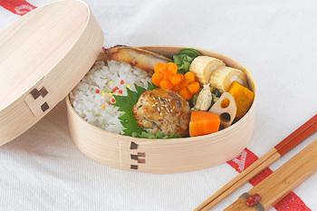 岡山県北部の美作(みまさか)とよばれる地域の杉やヒノキ、山桜の樹皮を使って作られたお弁当箱です。美しい木目にお弁当作りのモチベーションも高まりますね。軽くて使いやすいと評判のまげわっぱのお弁当箱です。サイズ展開も豊富です。