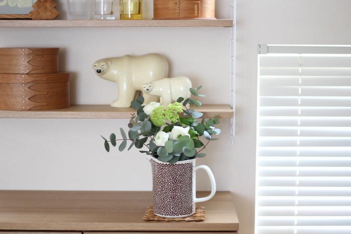 キッチンには清潔感が不可欠です。調理の邪魔にならない安全な場所に、グリーンを基調としたアレンジメントを飾ってみませんか?清楚な雰囲気のお花をひとつ置くだけで周りの空気が澄んだように感じられ、清々しい気持ちにさせてくれます。あえてピッチャーを花器に見立てることで、キッチンらしい遊び心もプラスできます。