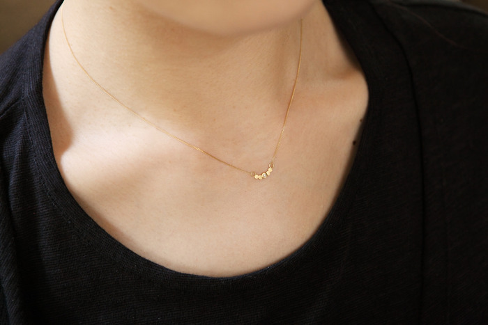 滑らかなチェーンが、肌をひときわキレイに見せてくれるネックレス。ゴールドに小さなメレダイヤが一粒のった上品なデザインが素敵な「Perche?(ペルケ?)」の定番シリーズです。