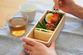 あすなろという木を使ったお弁当箱は、ヒノキにも似た優しい香りがします。本体の四隅もしっかりと面取りされており、手に馴染む穏やかさが心地良いお弁当箱です。