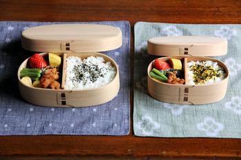 木の年輪がほぼ平行に並んだ柾目(まさめ)の部分を使った曲げわっぱのお弁当箱は、見た目が非常に美しいお弁当箱です。無塗装ならではの、やわらかな表情がとても素敵です。