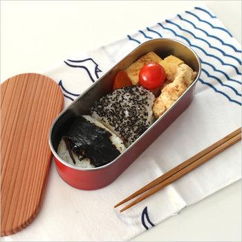 こちらのお弁当箱は本体は燕三条で作られたステンレスを使い、におい移りなども気にせずおかずを詰めることができます。古代杉を使った蓋が付いているので、ご飯の余分な水分を吸って冷めても美味しさを保ってくれます。