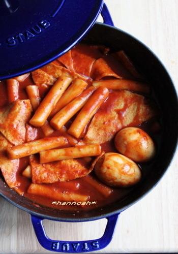 こちらはトックだけでなく、韓国おでんやゆで卵も入ったボリューミーなレシピです。韓国では屋台で親しまれているのだそう。これこそ、みんなが大好きなオモニの味わいといえるでしょう♪