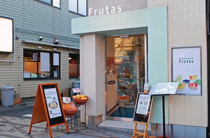 門前仲町駅から徒歩3分ほどの大通り沿いにある「Frutas(フルータス)」。「並んででも食べたい」と行列ができるのも納得のおいしさです。