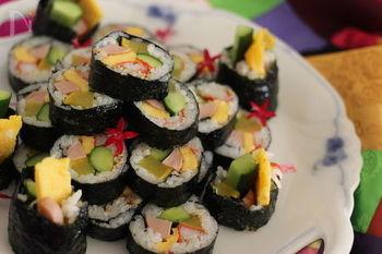キンパは韓国の海苔巻き料理で、それぞれの家庭にオモニの味があるのだそう。家庭によって定番がある日本のおにぎりとも似ていて親しみが湧きますね♪  まずは定番からご紹介。こちらは子供から大人まで楽しめる大人気のキンパレシピです。