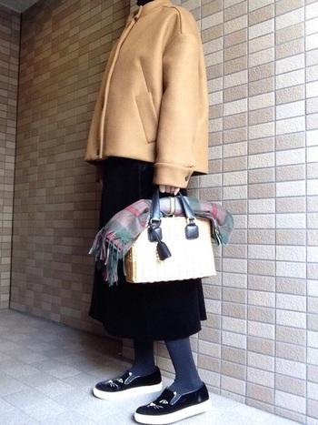 短めのジャケットコートに合わせたカゴバッグはかっちりとしたかたちが大人っぽいですね。インパクトのあるシューズとのバランスも絶妙です。