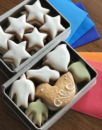 ふたを開けると、鳥や星のアイシングクッキー♪思わず笑顔がほころびます。中のクッキーに合わせてグラデーションの折り紙が添えられているのも素敵ですね。