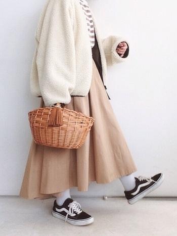 キュートなフリンジがついたマルシェカゴバッグは、シンプルなのでいろいろな装いに使うことができます。横に広いタイプのカゴバッグなので、収納力も抜群です。