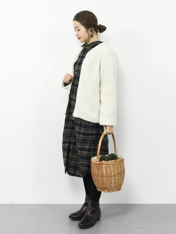 ざっくりとしたフェイクファーの内袋がついたカゴバッグは、こんもりと盛り上がったファー部分がキュートな印象です。