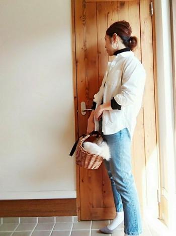 プチプラのパンプスに存在感のあるカゴバッグを合わせて小粋なお出かけスタイルに。ファーを覗かせると、女性らしさが引き立ちます。