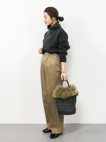 やわらかな質感のカゴバッグは取り外しのできるラクーンファーがついています。黒いカゴバッグは、およばれにも使える上品さが感じられますね。