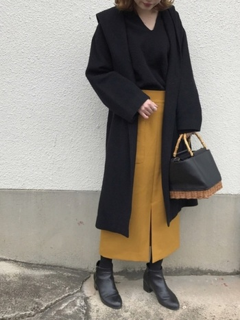 黒いレザーがかかったカゴバッグは、レザーバッグとカゴバッグの良いところを併せ持った素敵なアイテムです。一部、カゴが見えているので、外した可愛さと軽さがあります。