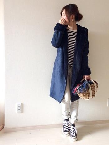 カジュアルなスタイルにぴったりなカゴバッグ。軽やかな素材との重さの調節には薄手のショールが便利です。その日のお洋服の色味に合わせたショールを使えば、コーディネートもばっちり。