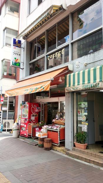 老舗果物店の2階にある、小さなフルーツパーラー「フクナガ」。店内は昔ながらの「喫茶店」のような雰囲気で、ゆっくりスイーツをいただけます。
